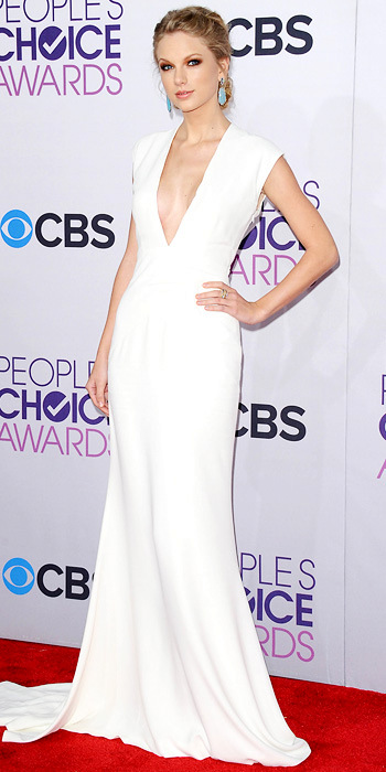 011013-taylor-swift-350The singer took the plunge at the People's Choice Awards in an ivory silk Ralph Lauren Collection gown and statement earrings.