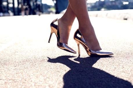 metallic heels street style5fbcc90234