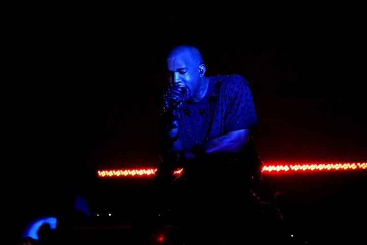 metgala-tj-6-performance-0136_005643330171.jpg_carousel_partiesKanye West onstag
