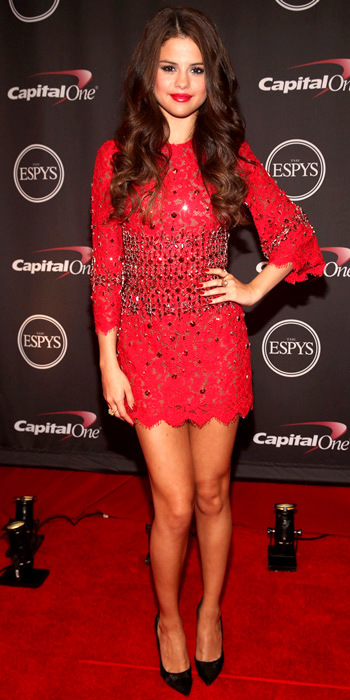 071813-selena-gomez-350Gomez hit the red carpet in a red-hot embellished lace Dolce & Gabbana mini dress that she styled with Neil Lane jewelry and black Casadei pumps.
