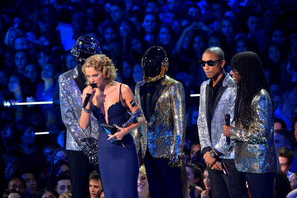 2013+MTV+Video+Music+Awards+Show+Qnkl1Lnkop4lTaylor Swift (C), Daft Punk, Pharrell Williams and Nile Rodgers speak onstage during the 2013 MTV Video Music Awards